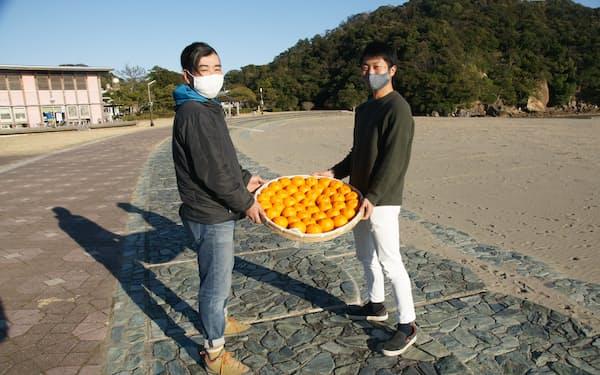 自慢のポンカンを売り込む田中一彦さん㊧とデジタル化で支援する高畑拓弥さん(高知県東洋町)