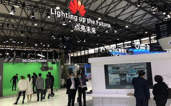 中国のファーウェイは高速通信規格「5G」関連事業の拡大を急ぐ(23日、上海市での展示)