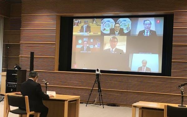 全国知事会など地方3団体の代表が、河野規制改革相とオンラインで会談した(東京都千代田区の都道府県会館)