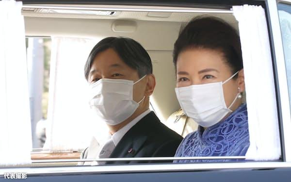 天皇誕生日の祝賀行事のため、皇居に入る天皇、皇后両陛下(23日、皇居・半蔵門)=代表撮影