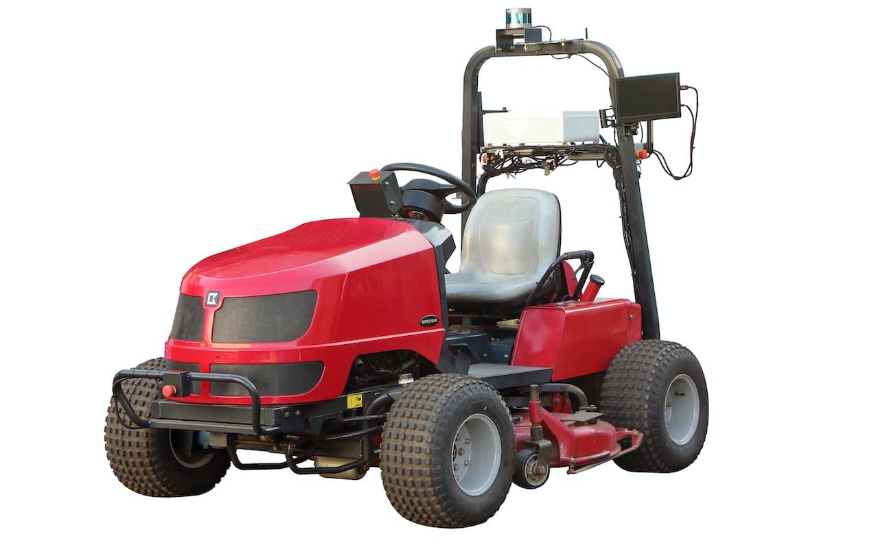 障害物をよけられる自動運転芝刈り機の商品化を目指す(写真は研究機)