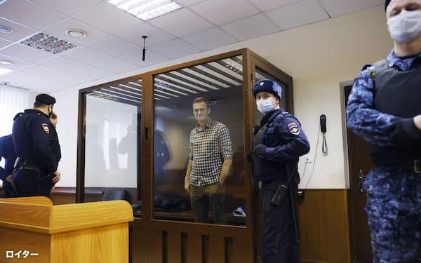 ロシアの裁判所は政権寄りの姿勢が目立つ(20日、モスクワの裁判所に拘束された形で出廷したナワリヌイ氏)=ロイター