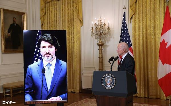バイデン米大統領㊨はカナダのトルドー首相とオンラインで並んで記者発表に臨んだ=ロイター