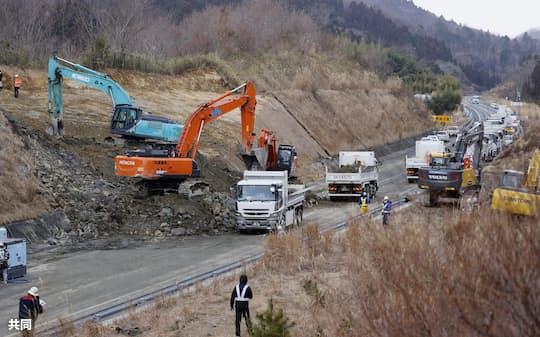 2月13日の地震による土砂崩れで一時、通行止めとなった福島県相馬市の常磐自動車道=2月16日、共同