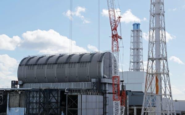 廃炉作業が進む福島第1原発の3号機㊧と4号機(9日、福島県大熊町)
