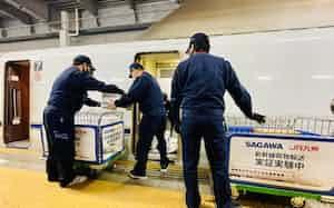 JR九州と佐川急便は新幹線を活用した貨物輸送の実証実験を行った(24日、福岡市の博多駅)