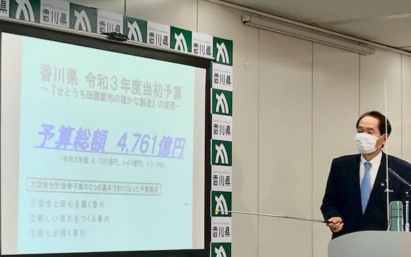 香川県の財政運営はコロナの影響もあり厳しさを増している(21年度予算案について説明する浜田恵造知事)