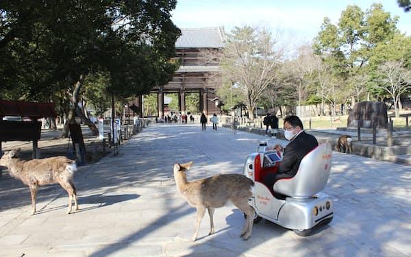 奈良公園を走行する自律走行型の「1人乗りロボ」