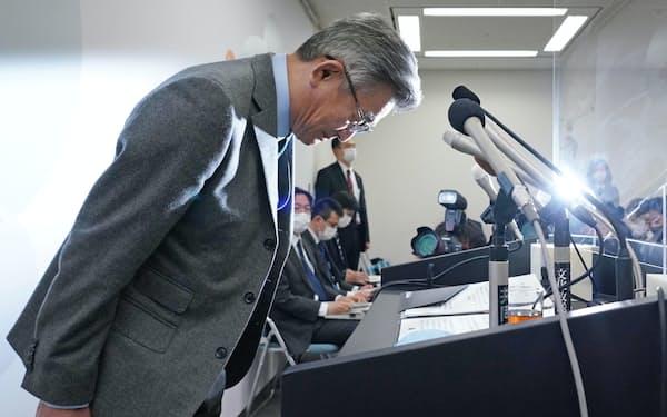 総務省幹部の接待問題について謝罪する武田総務相(24日、東京・霞が関)