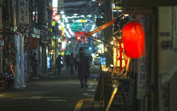 金曜日にもかかわらず人通りもまばらな飲食店街。消費者の外食控えの傾向は続く(22日午後7時半、東京・新橋)