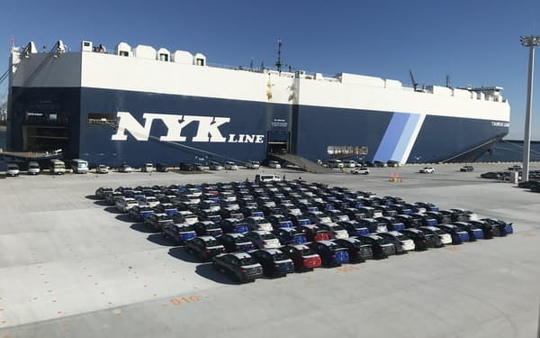 常陸那珂港区に完成した「D岸壁」に入港した自動車運搬船(2月24日)