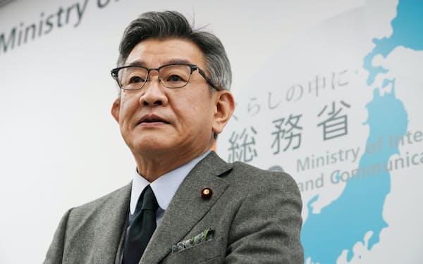 総務省幹部の接待問題について記者会見する武田総務相(24日、東京・霞が関)