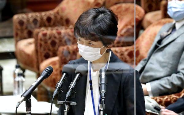 衆院予算委で答弁する山田真貴子内閣広報官(25日午前)