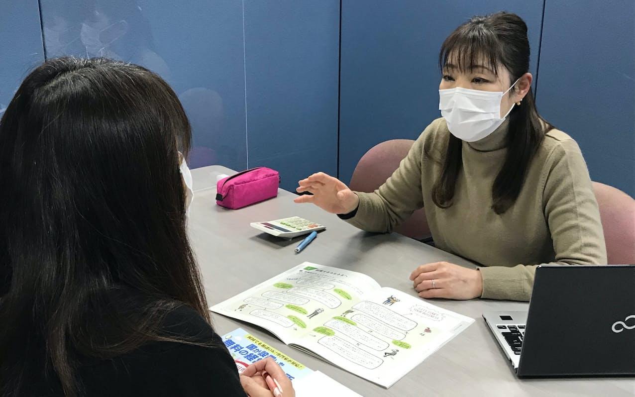 相談を受ける石川県産業創出支援機構の職員(右)