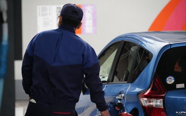 需要は低迷している(20年11月、千葉県習志野市の給油所)
