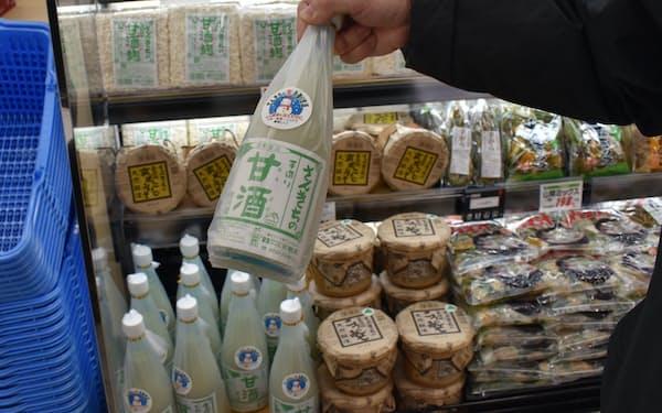 昨年12月にオープンした谷地店は甘酒など地場企業が作った製品をそろえている(山形県河北町)