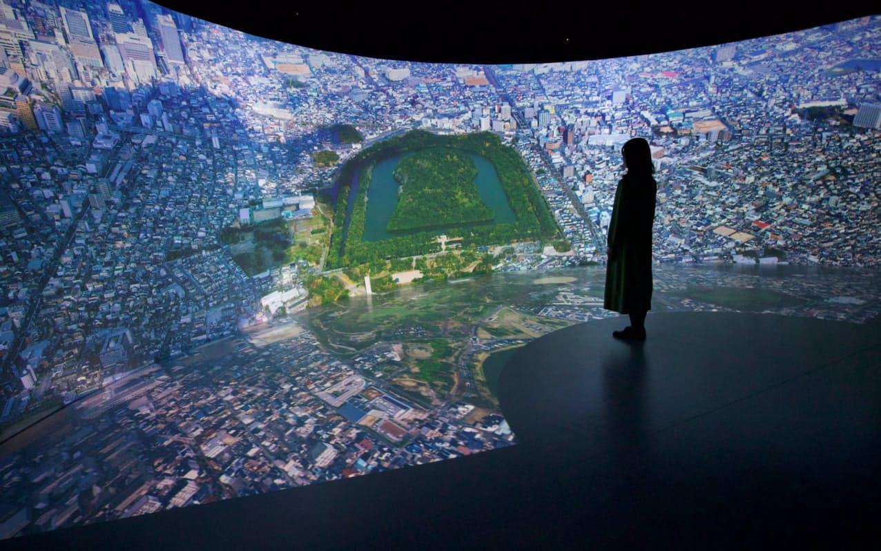 曲面の壁と足元に9K映像を投映して、空中から古墳を俯瞰するような体験ができる