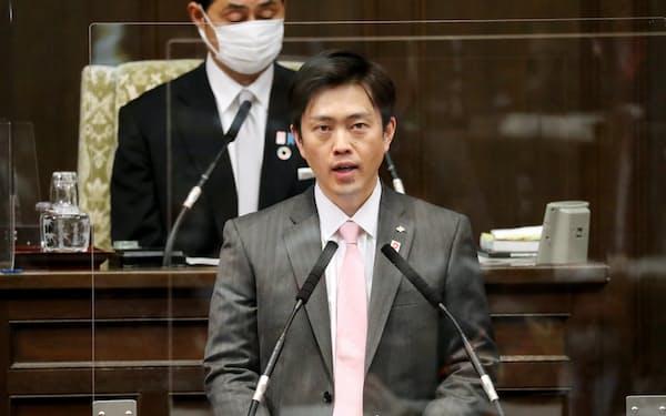 開会した大阪府議会で発言する吉村知事(25日)