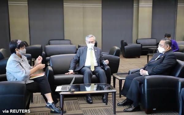 24日、タイ・バンコクで会談する(左から)インドネシアのルトノ外相、タイのドーン外相、ミャンマー国軍が外相に任命したワナ・マウン・ルウィン氏(インドネシア外務省提供)=ロイター