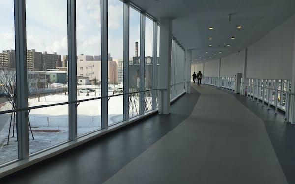 駅と商業施設、駅前のマンションをつなぐ徒歩アクセスの確保が北海道では不可欠だ(札幌市のJR苗穂駅前)