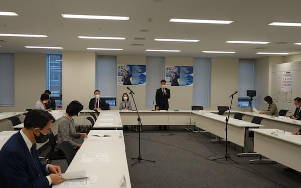 立憲民主党の政調審議会であいさつする泉健太政調会長(25日、国会内で)