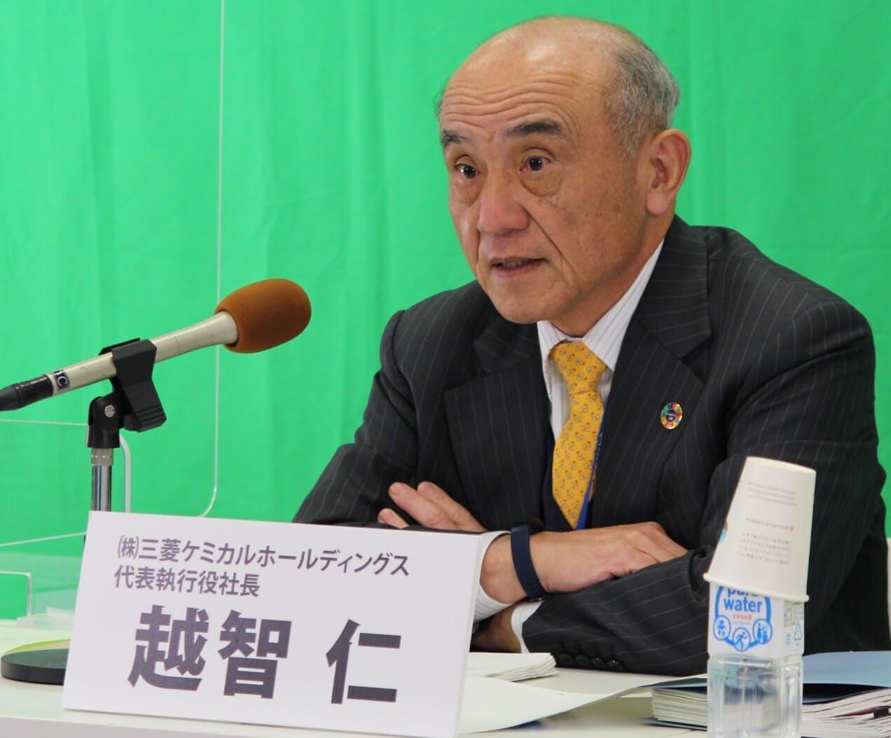 オンラインで記者会見する三菱ケミカルホールディングスの越智仁社長