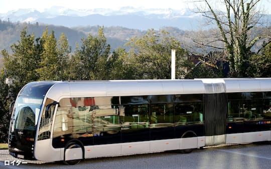 水素の活用は海外が先行する(水素を燃料とするフランスのバス)=ロイター