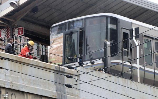 JR東海道線元町駅を通過中に人身事故が起きた新快速電車(26日午前、神戸市)=共同