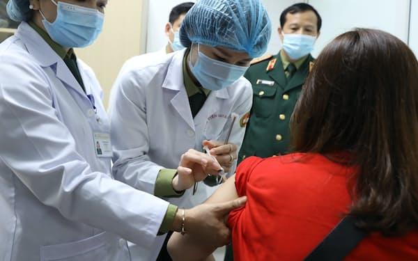 ナノジェン製薬は新型コロナワクチンの第2段階の治験を始めた(26日、ハノイ市)=国営ベトナム通信