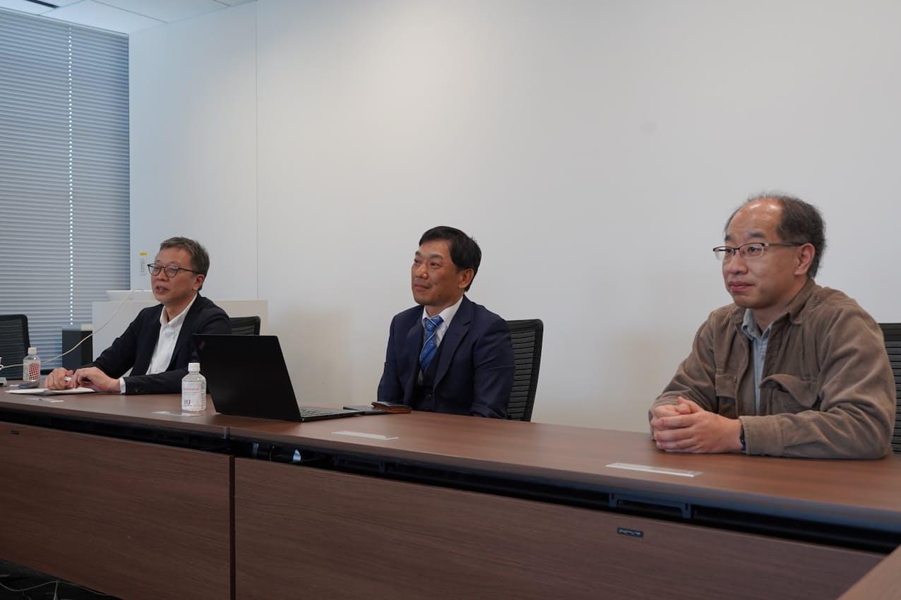 IIJの亀井正浩氏(左)、矢吹重雄氏(中央)、佐々木太志氏(右)