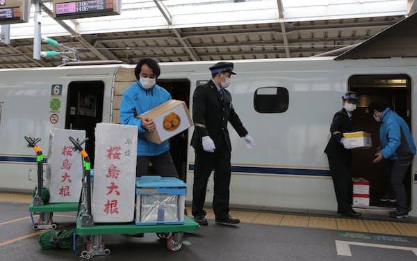 新大阪駅ではJR西日本や子会社の社員が荷物を積んだり降ろしたりした