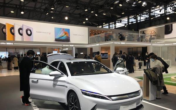 ファーウェイは自動車向けのシステム「HiCar(ハイカー)」を開発し、中国EV大手のBYDなどに提供している(上海市での展示)