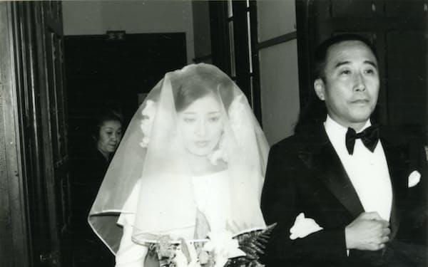 百恵さんの結婚式でバージンロードを歩く