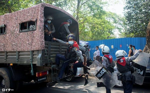 26日、ヤンゴンで、国軍への抗議デモに対応するため到着した警察官ら=ロイター