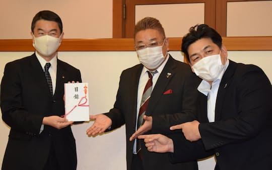 村井知事㊧に義援金を贈呈するサンドウィッチマンの伊達さん㊥と富沢さん(26日、県庁)
