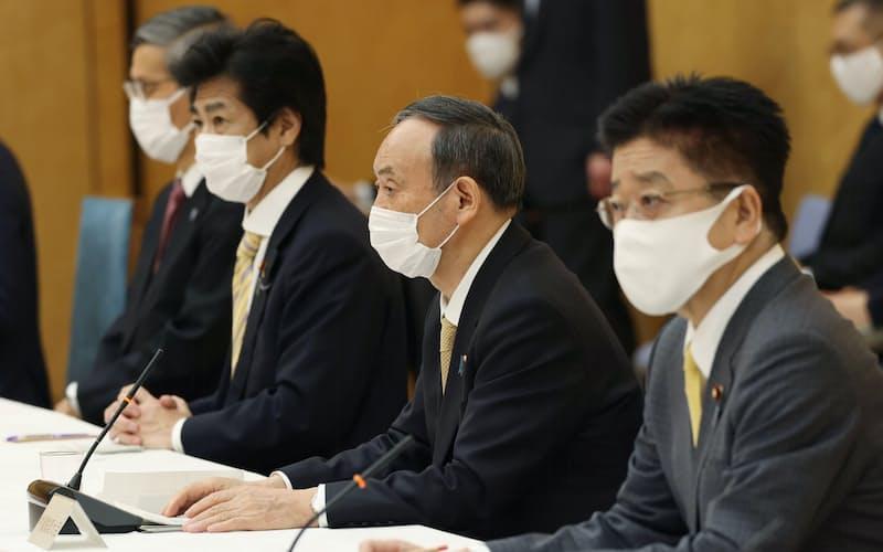 新型コロナウイルス感染症対策本部の会合で発言する菅首相(26日、首相官邸)