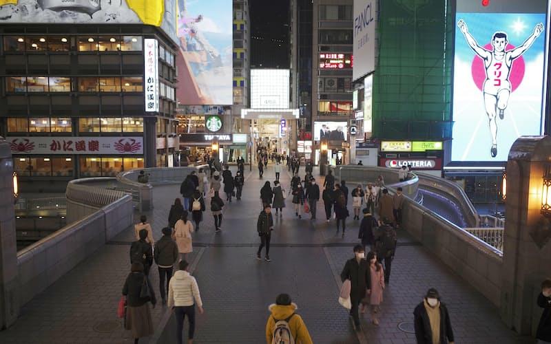 緊急事態宣言が月末までで解除されることになった大阪・ミナミ=26日午後7時23分