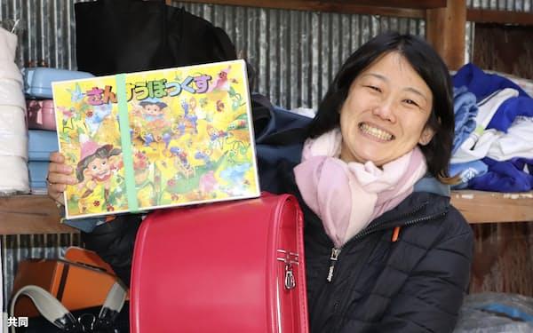 寄付型リサイクル店を経営する逢沢亜月さん(20日、愛媛県伊予市)=共同