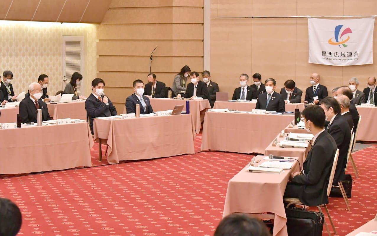関西広域連合が開いた新型コロナウイルス感染症対策本部会議で発言する吉村大阪府知事(左から2人目)=27日、大阪市北区