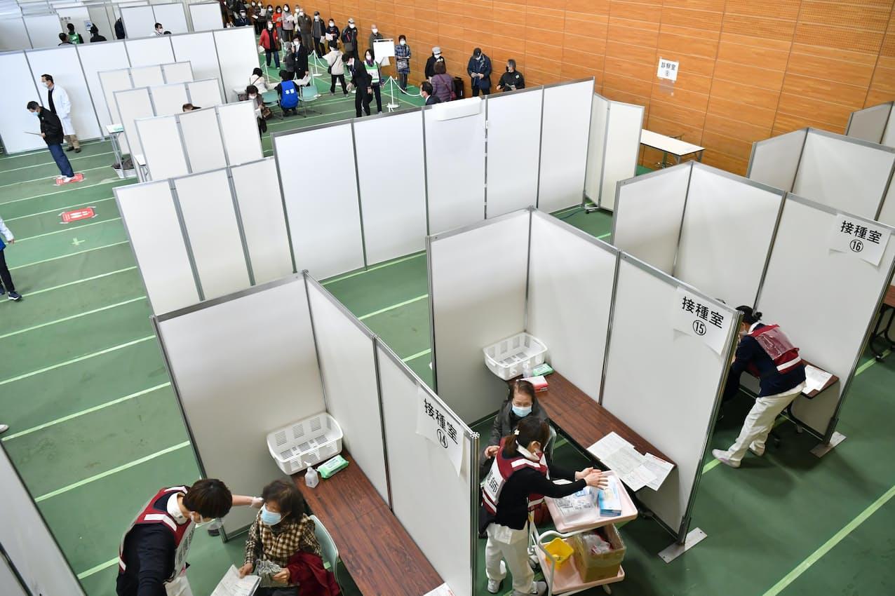スポーツ施設で行われた高齢者を対象にした新型コロナウイルスのワクチン接種の訓練(27日、大阪府羽曳野市)