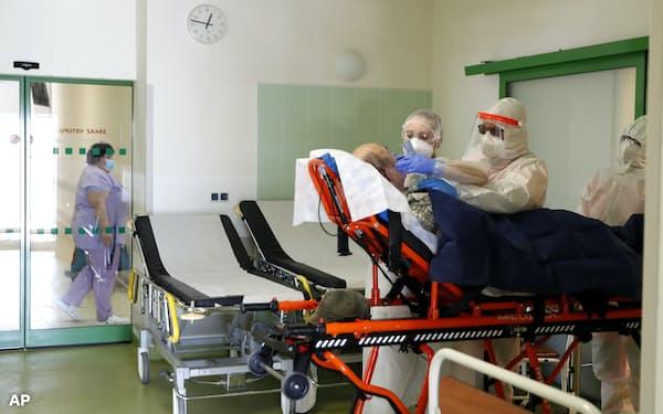 欧州では今月中旬以降、新規感染者が増加する日が目立ち始めた=AP