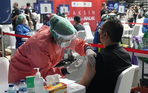 新型コロナウイルスワクチンの注射を受ける瞬間は意外にも大きな痛みを感じなかった(2月25日、ジャカルタ)