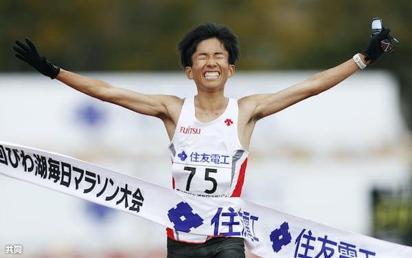 日本選手として初の2時間4分台となる2時間4分56秒の日本新記録を樹立し、優勝した鈴木健吾(大津市皇子山陸上競技場)=共同
