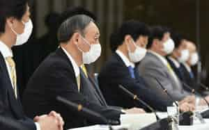 新型コロナウイルス感染症対策本部で、6府県の緊急事態宣言について月末解除を表明する菅首相(左から2人目)=26日午後、首相官邸