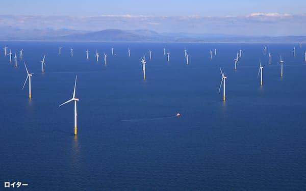 英国では電源に占める再生エネの比率が20年に42%だった(英国の洋上風力発電所)=ロイター