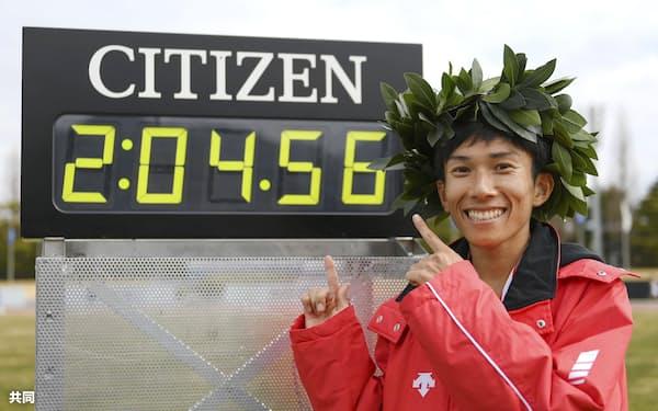 2時間4分56秒の日本新記録で優勝し、笑顔を見せる鈴木=共同
