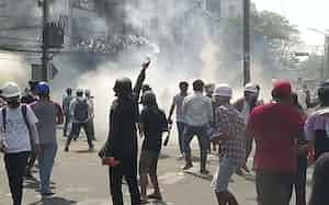 治安部隊はデモ参加者に催涙弾を撃ち込んだ(28日、ヤンゴン)=AP