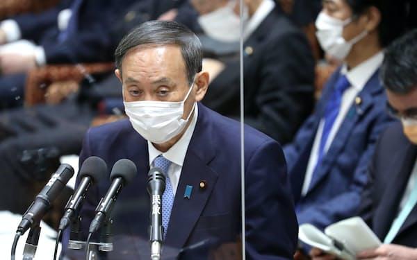 衆院予算委で答弁する菅首相(1日午前)