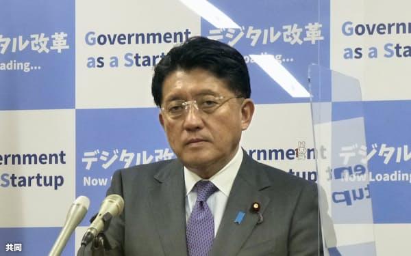 記者会見する平井卓也デジタル改革相(2月9日)=共同