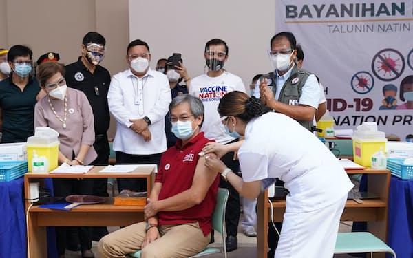 マニラの病院でシノバック製ワクチンを接種する医療関係者(1日)=フィリピン大統領府提供